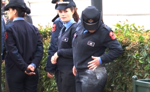 Protestuesit hedhin miell mbi policet